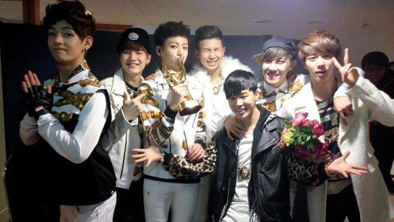 Foto kebersamaan BTS setelah debut dan mereka mendapatkan penghargaan dalam Golden Disk Award.