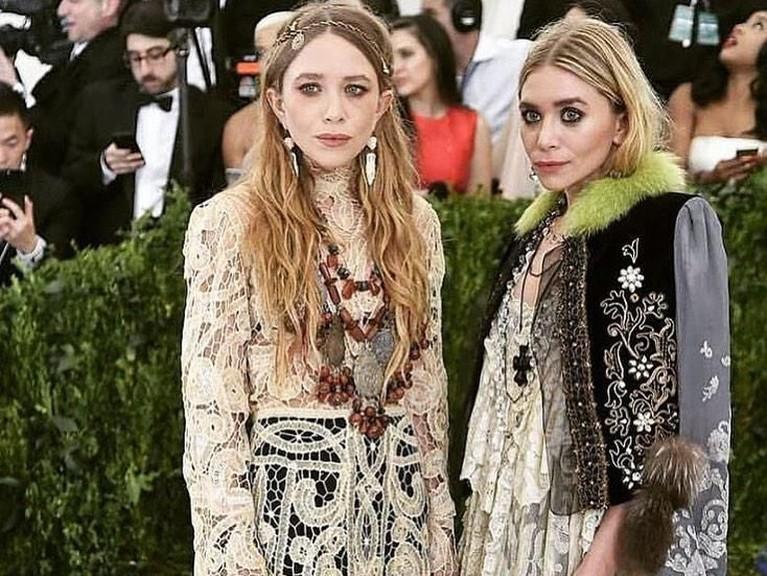 Mary-Kate dan Ashley Olsen terlihat keren dengan gaya mereka saat Met Gala2018 lalu.