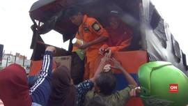 VIDEO: Warga di Samarinda Berebut Bantuan dari Basarnas