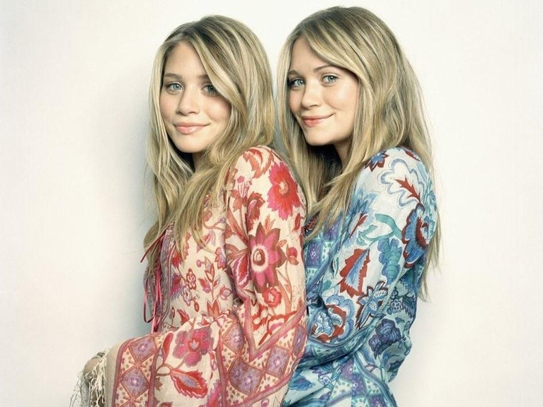 Kedua wanita cantik ini selalumenggunakan pakaian yang kembar tapi berbeda warna. Ini menjadi panduan bagi saudarakembar yang ada di dunia
