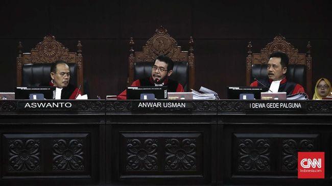 Mahkamah Konstitusi dalam putusannya menyatakan menolak seluruh permohonan sengketa Pilpres 2019 yang diajukan tim hukum Prabowo-Sandiaga.