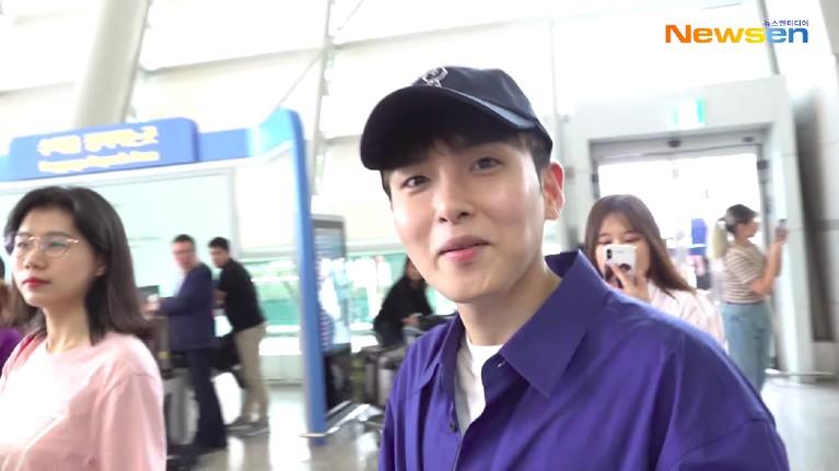Setelah sampai di dalam bandara, Ryeowook langsung menyapa ramah para penggemar yang telah tiba terlebih dahulu di sana. Mereka sedang bersiap-siap menuju ke Jakarta untuk konser bertajuk Super Show 7S di ICE, BSD, Tangerang, Sabtu (15/6).