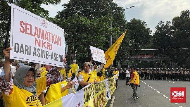 Sekitar 50 massa berunjuk rasa di kawasan Gedung MK untuk mengawal sidang sengketa pilpres. Massa berbaju kuning ini membawa ondel-ondel.
