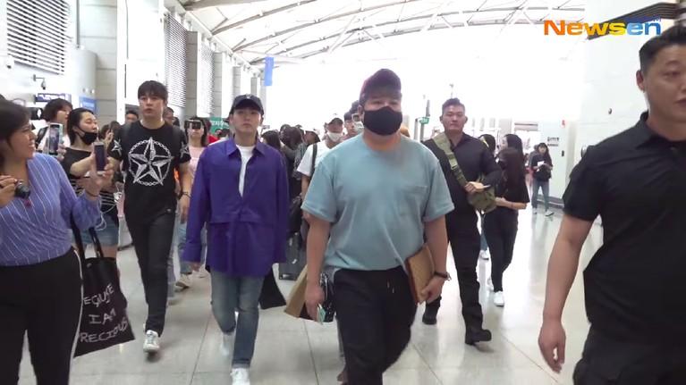 Didampingi ketat pengawal dan diiringi penggemar, Shindong dan Ryeowook terlihat berjalan menuju ke dalam bandara.