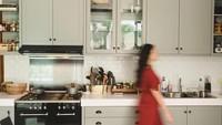 <p>Penyanyi Raisa memilih tema modern untuk dapurnya dengan dominasi warna abu-abu dan putih. (Foto: Instagram @raisa6690)</p>