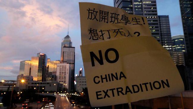 Ratusan orang mulai memenuhi jalanan Hong Kong, Minggu (16/6) pukul 14.30 waktu setempat, untuk memprotes RUU Ekstradisi dan menuntut Carrie Lam mundur.