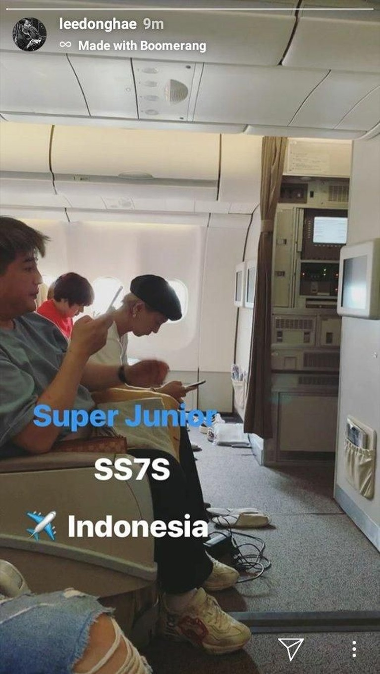 Donghae juga mengunggah momen ketika para personel Super Junior telah berada di dalam pesawat menuju Jakarta.
