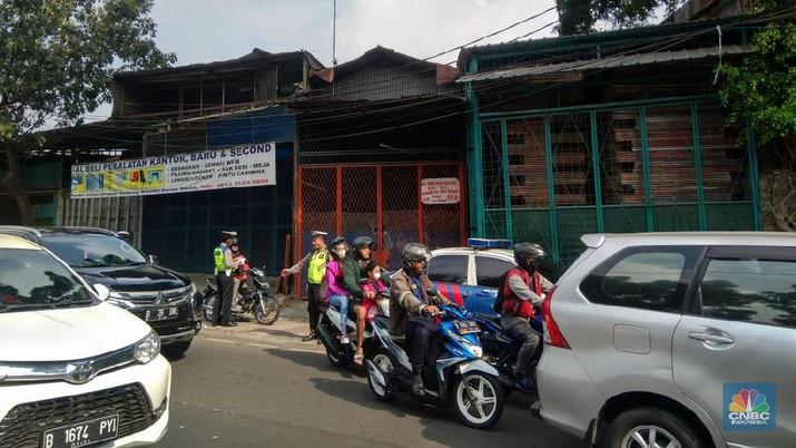 Berbarengan Sidang MK, Polisi-Dishub Gelar Razia Gabungan Polisi-Dishub menggelar razia gabungan juga TNI di Radin Inten, Jakarta Timur pagi ini Pengendara Motor dan Mobil diberhentikan untuk dicek kelengkapan surat-suratnya Polisi menggelar razia Operasi Lintas Jaya Salah satu petugas Kepolisian Jusa Agus mengatakan razia ini merupakan gabungan antara Satlantas Polda Metro Jaya, Garnisun, Dishub dan TNI AD AU dan AL Razia digelar sejak pukul 09.00 WIB pagi. (CNBC Indonesia/Herdaru Purnomo)