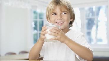 Tips Atasi Anak Susah Tidur dengan Segelas Susu