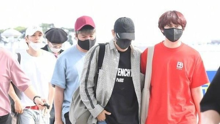Tampak Kim Heechul, Eunhyuk, Leeteuk, dan Shindong berjalan menuju ke dalam Bandara Udara Internasional Incheon, Korea Selatan. Mereka berjalan beriringan.