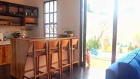 <p>Ruang makan menyatu dengan dapur, kenapa tidak? Tengok saja vokalis Kotak, Tantri, yang memilih konsep<em> open space</em> untuk huniannya di mana tak ada sekat antara ruang keluarga, ruang makan, dan dapur. (Foto: Instagram @ardanaff)</p>