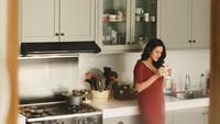 <p>Warna putih di dapur milik Raisa tercermin pada <em>countertop</em> dan <em>backsplash</em>. Sementara warna abu-abu terlihat pada kabinet. (Foto: Instagram @raisa6690)</p>