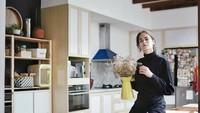 <p>Setelah renovasi, Sabai Dieter Morscheck mengubah konsep dapurnya dari industralis ke skandinavia yang didominasi warna putih dan kayu cokelat muda terang. <em>Cooker hood</em> berwarna biru tua di antara dominasi putih memberikan aksen pada ruangan. (Foto: Instagram @sabaidieter)</p>