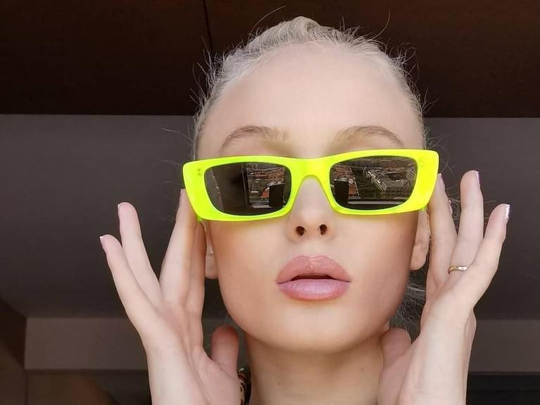 Penyanyi asal Swedia ini tampil dengan warna kacamata yang nyentrik. Meski tak menggunakan riasan yang tebal, Larson tetap cantikkan Insertizen?