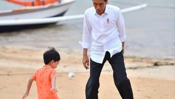 Asyiknya Jokowi Main Bola Bareng Jan Ethes di Pantai Sanur
