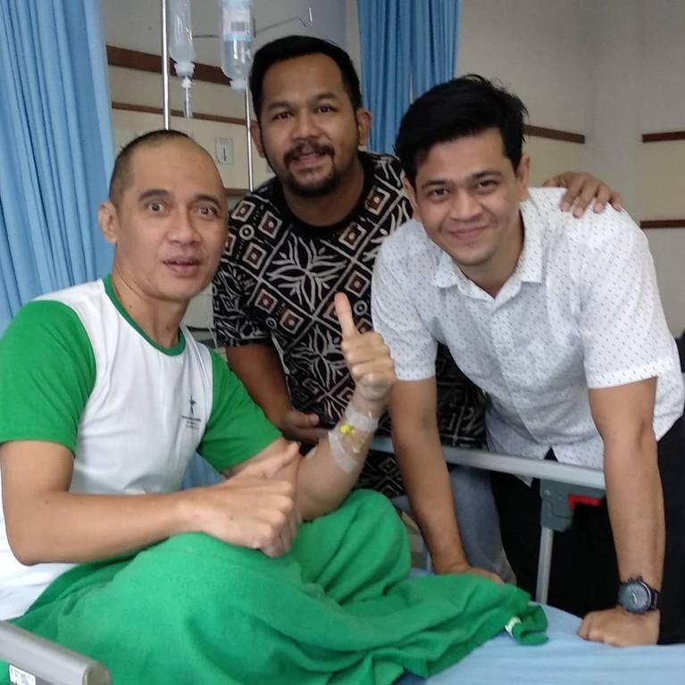 Agung juga harus dirawat di rumah sakit dan menjalan operasi sekaligus kemoterapi.
