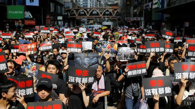 Ratusan demonstran menggelar protes baru di depan Kantor Kementerian Kehakiman Hong Kong untuk mendesak pembatalan RUU Ekstradisi yang kini masih ditangguhkan.