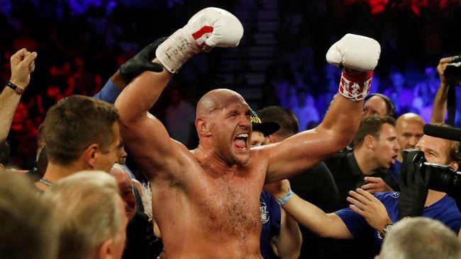 Tyson Fury hanya butuh dua ronde untuk mengalahkan Tom Schwarz usai menang technical knock out (TKO) dalam pertarungan kelas berat.