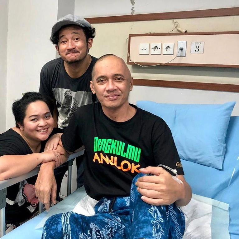 Pria 44 tahun ini menurut para sahabat sudah lama menderita kanker, namun Agung tak pernah mengeluhkan penyakitnya ke publik. Cepat pulih ya Agung Hercules.