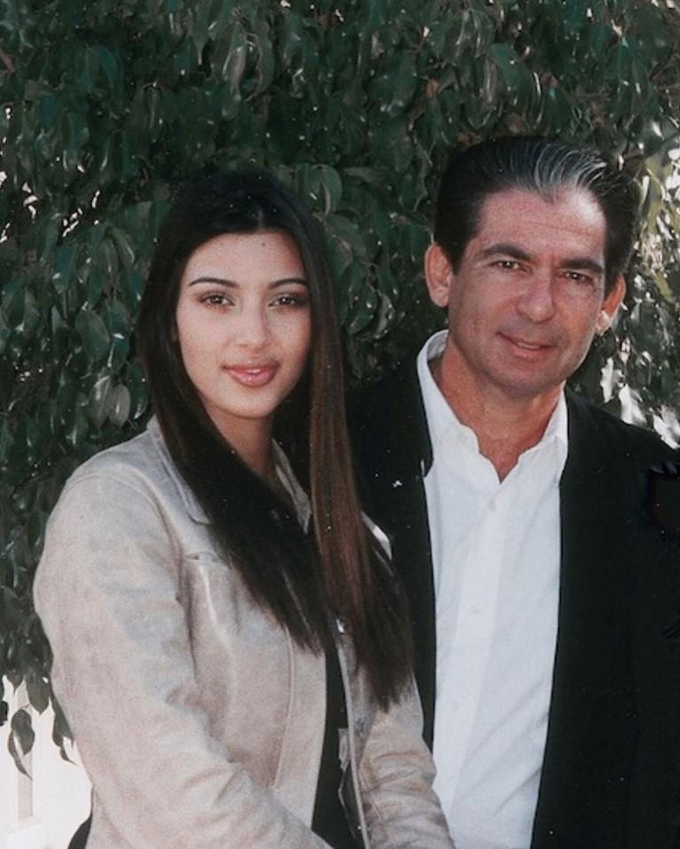 Kim Kadarshian, merayakan hari ayah dengan mengunggah sebuah foto ketika ia masih muda dengan menuliskan caption,