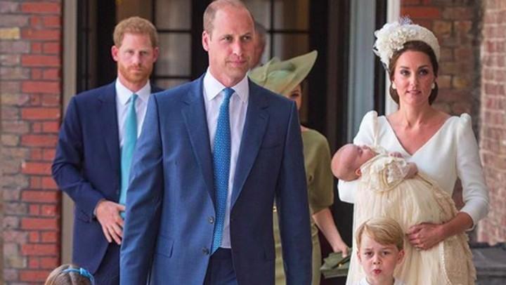 <p>Throwback ketika Pangeran William berbagi tugas dengan istri, menjaga George dan Charlotte di acara pembaptisan Pangeran Louis. (Foto: Instagram @kensingtonroyal)</p>