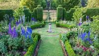 <div>Bagian dari Sundial Garden yang ditumbuhi oleh berbagai bunga cantik yang memiliki warna cerah.</div>