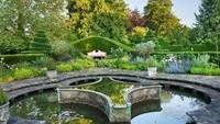 <div>Thyme Walk, area kebun yang mengesankan ditanam dengan 20 varietas thyme (tumbuhan rempah) yang berbeda. Di bagian bawah Thyme Walk terdapat Lily Pool Garden dan Gladiator Borghese perunggu, yang merupakan hadiah untuk Pangeran dari Lord Cholmondeley.</div>