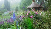 <div>Sundial Garden, awalnya dirancang sebagai kebun mawar oleh Lady Salisbury, namun kini telah berevolusi untuk menampilkan skema penanaman bunga yang beragam, dengan tanaman delphinium berbunga bulan Juni dan Juli.</div>
