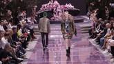 Versace menampilkan gaya busana pria yang bercerita tentang busana-busana untuk pria yang tak takut bereksperimen dengan gaya feminin.