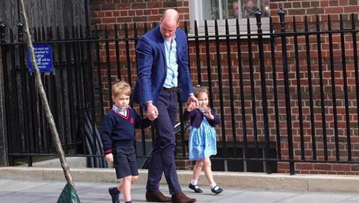 <p>Salah satu foto ikonik, saat Pangeran William menjemput Pangeran George dan Putri Charlotte untuk melihat adik barunya. (Foto: Instagram @kensingtonroyal)</p>