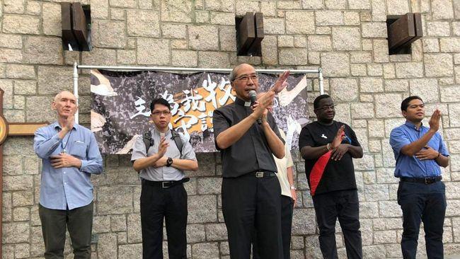 Tangis Kardinal Gereja Katolik Hong Kong, Joseph Chan, mendorong seorang romo asal Indonesia untuk mendampingi umat mengikuti demonstrasi tolak RUU ekstradisi.