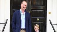 <p>Momen ketika Pangeran William mengantar Pangeran George masuk sekolah pertama kali. Sekali lagi, selamat Hari Ayah Internasional untuk seluruh ayah di dunia! (Foto: Instagram @kensingtonroyal)</p>