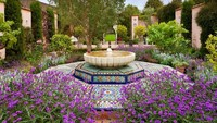 <div>Sejak 1980, baik rumah dan kebun telah menjadi subjek dari banyak perubahan yang inovatif. Ketika Pangeran Charles pertama kali tiba di Highrove, terdapat kebun yang terabaikan, semak-semak yang lebat, beberapa rumput dan pohon ek berlubang.</div>