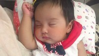 <p>Sejak masih bayi Andi Kylie Zhivanna Ali memang sudah terlihat menggemaskan dengan pipi <em>chubby</em>. Tidur pun enggak lupa bergaya. Sudah mirip dengan Bunda Andi Soraya belum? (Foto: Instagram @andisorayabeatrix)</p>