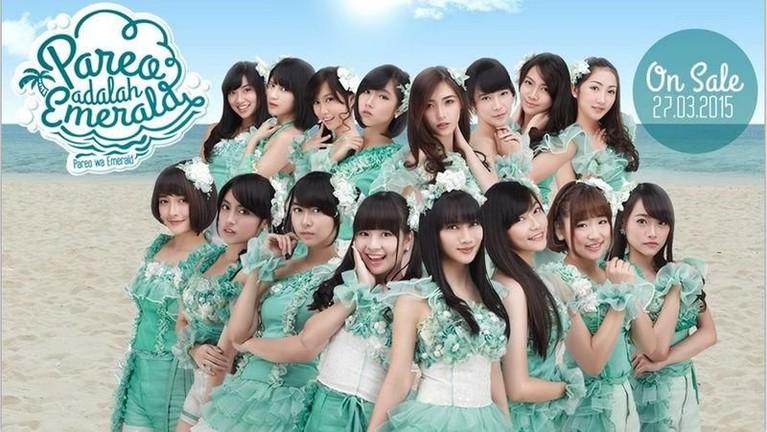 Dalam promosi single berjudul Pareo Wa Emerald atau Pareo Adalah Emerald, JKT48 mengenakan kostum dengan hiasan renda bunga berwarna hijau tosca.