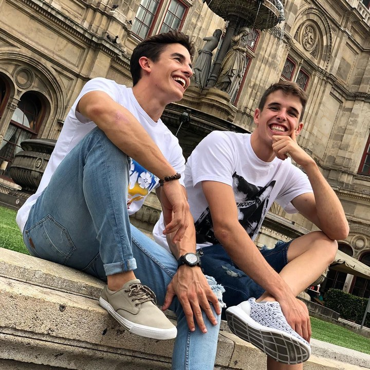 <p>Kedua pembalap kakak beradik asal Cervera, Spanyol, ini buah hati pasangan Julia Marquez dan Roser Alenta. Marc Marquez (kiri) lahir pada 17 Februari 1993, sedangkan sang adik, Alex lahir pada 23 April 1996. (Foto: Instagram @marcmarquez93)</p>
