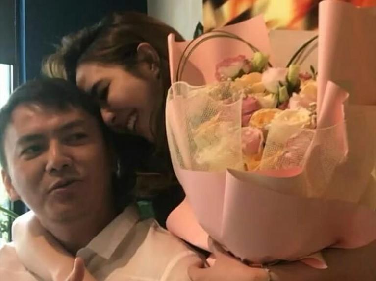 Gisel terlihat bahagia dan senang ketika mendapatkan bunga dari Wijin.