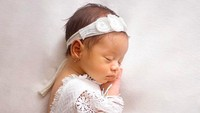 <p>Queen Eljaz Slofa terlihat menggemaskan saat tidur. Siapa yang pingin gendong putri cantik dari pasangan Sony Septian dan Bunda Fairuz Arafiq tersebut? (Foto: Instagram @fairuzarafiq)</p>