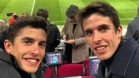 <p>Di luar lintasan, Marc dan Alex juga punya hobi yang sama, yakni menonton pertandingan sepakbola klub kebanggaan mereka, Barcelona, di Stadion Camp Nou. (Foto: Instagram @marcmarquez93)</p>