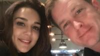<p>Preity Zinta dan Gene Goodenough saat menikmati makan bersama di akhir pekan. Zinta dan sang suami diketahui menggelar pernikahan privat di Los Angeles pada 29 Februari 2016. (Foto: Instagram @realpz)</p>