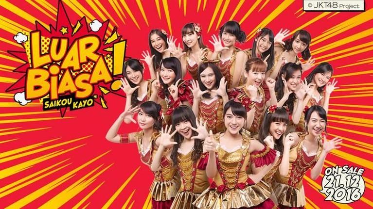 Kostum JKT48 yang menggabung tema warna merah dan emas ini dikenakan saat promosi single Saikou Ka Yoatau Luar Biasapada tahun 2016.