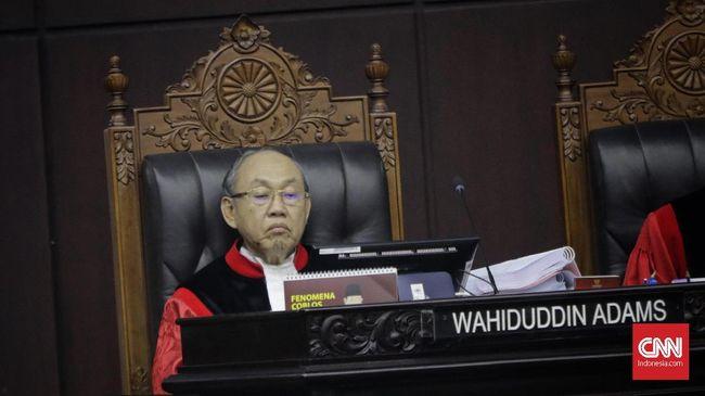Hakim konstitusi, Wahiduddin Adams memberikan pendapat berbeda pada putusan uji formil revisi UU KPK. Ia satu-satunya yang berpendapat gugatan harus dikabulkan.