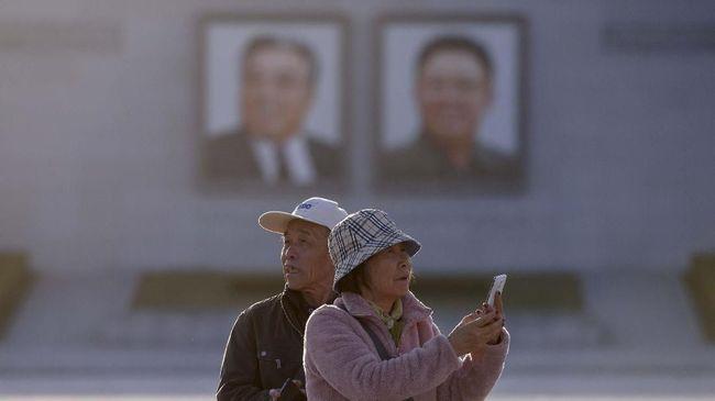 Korea Utara memperkenalkan ponsel pintar terbaru Pyongyang 2425 yang tak kalah canggih dibandingkan ponsel pintar pada umum, termasuk desain layaknya iPhone X.