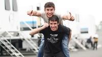 <p>Kebahagiaan keduanya saat meraih juara di Sirkuit Le Mans, Prancis, pada 19 Mei lalu. Tentu saja, Marc menjadi yang terdepan di kelas MotoGP dan Alex di kelas Moto2. (Foto: Instagram @marcmarquez93)</p>