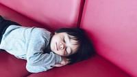 <p>Lucunya <em>pose</em> Sekala saat sedang tidur. Ternyata kata Mama Ayudia, Sekala cuma pura-pura tidur. Ha-ha-ha (Foto: Instagram @ayudiac)</p>