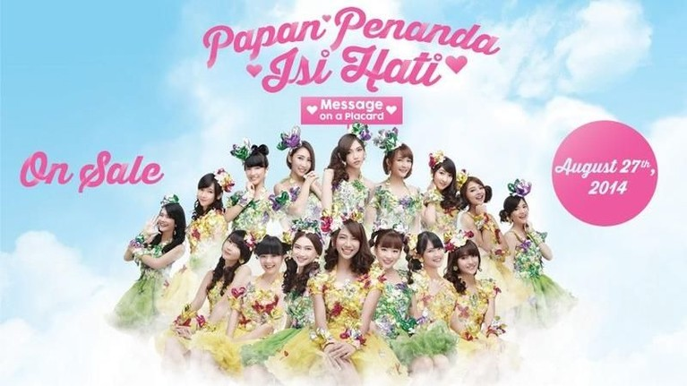 Kostum cerah dengan hiasan bunga ini dikenakan JKT48 dalam single berjudul Kokoro No Placard atau Papan Penanda Isi Hati yang rilis pada tahun 2014.