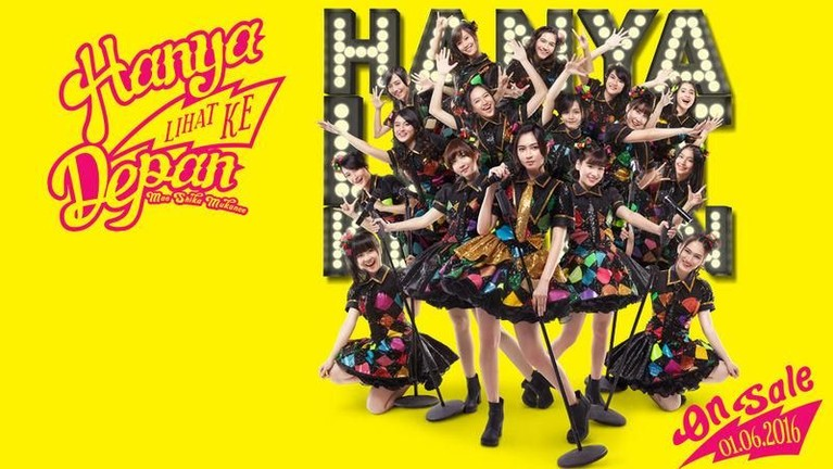 Kostum hitam dengan motif warna warni ini dikenakan JKT48 dalam promosi single berjudul Mae Shika Mukanee atau Hanya Lihat Ke Depan yang dirilis pada tahun 2016.