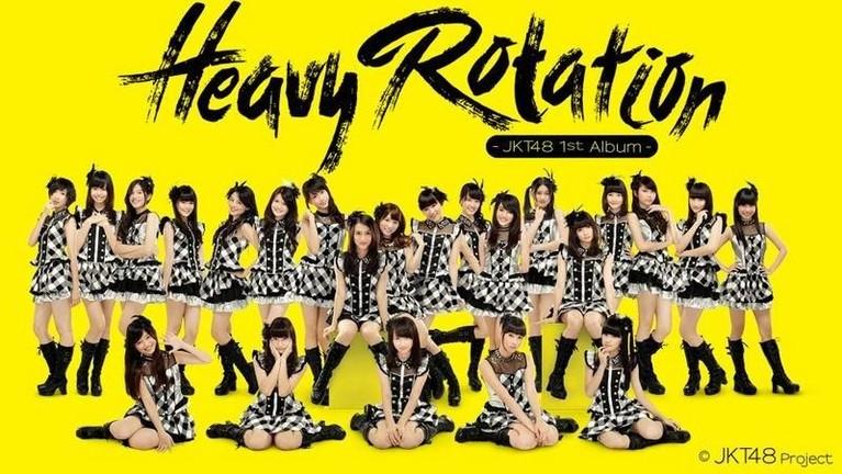 JKT48 mengenakan kostum bertema kotak hitam putih untuk sampul album Heavy Rotation yang dirilis pada tahun 2013.