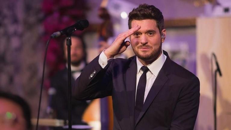 Penyanyi ternama Michael Buble juga menjadi salah satu tamu undangan di pesta pernikahan itu. Dilansir dari Bisnis.com, tarif untuk mengundang Buble bisa mencapai Rp1,5 miliar.