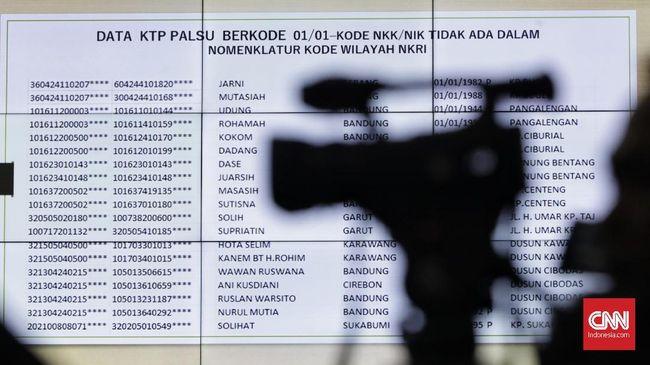 Hakim MK tak menemukan bukti fisik soal 17,5 juta DPT tak wajar seperti diklaim saksi dari Tim Prabowo. Hakim menunggu bukti itu hingga siang ini.